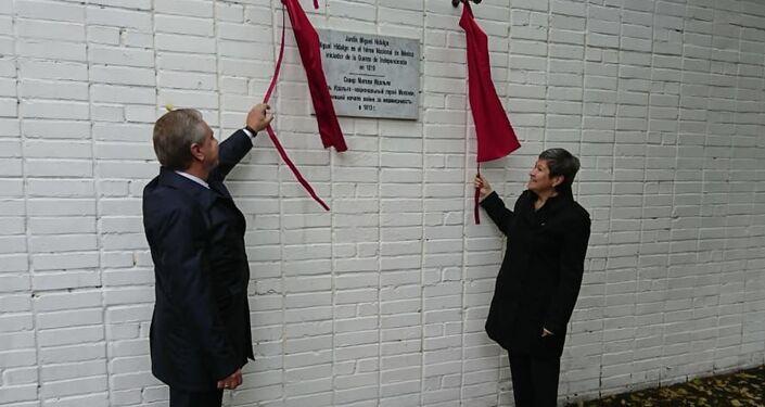 Norma Pensado  junto a Serguéi Cheriómin, revelando la placa en honor de Miguel Hidalgo y Costilla