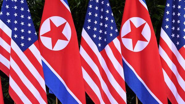 Banderas de Corea del Norte y de EEUU - Sputnik Mundo