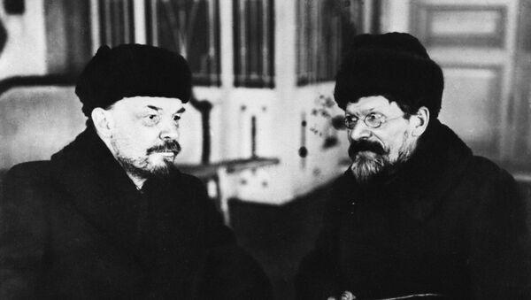 Los líderes soviéticos Vladímir Lenin y Mijaíl Kalinin en la Casa de los Sindicatos en 1920 - Sputnik Mundo