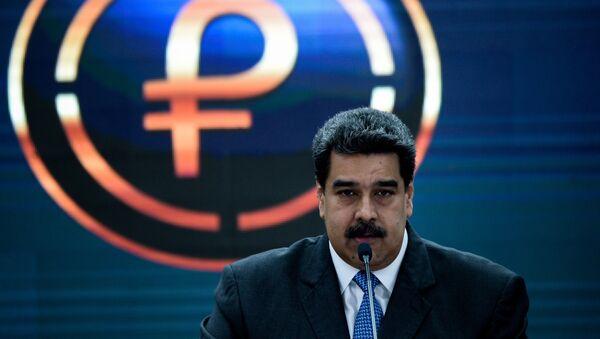 Nicolás Maduro, presidente de Venezuela, y el logo del petro, criptomoneda venezolana - Sputnik Mundo