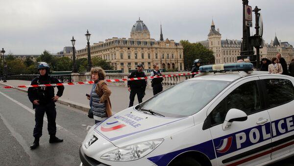 Policía francesa cerca de la Prefectura de París, la sede central de la Policía - Sputnik Mundo