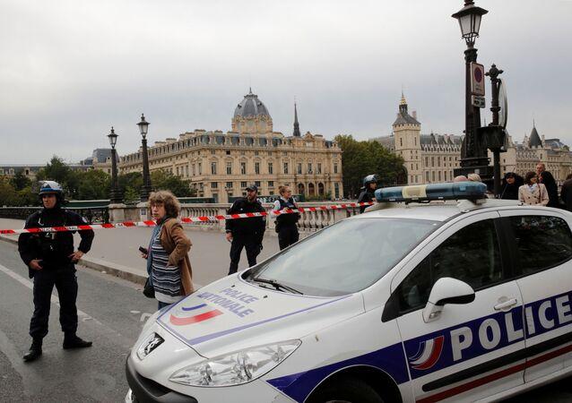 Policía francesa cerca de la Prefectura de París, la sede central de la Policía