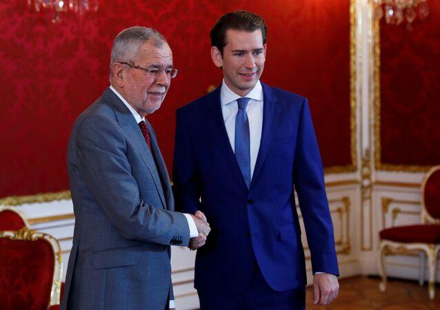 El presidente federal de Austria, Alexander Van der Bellen y ganador de los comicios parlamentarios, Sebastian Kurz