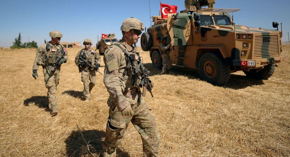 Soldados estadounidenses caminan durante una patrulla conjunta de EEUU y Turquía cerca de Tel Abyad en Siria
