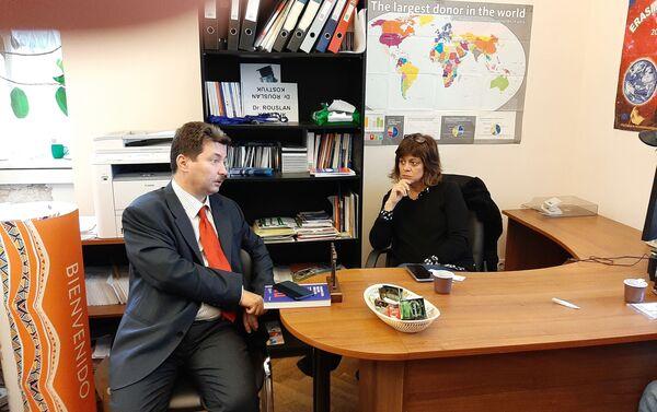 Víctor Jeifets conversa con Karina Batthyany - Sputnik Mundo
