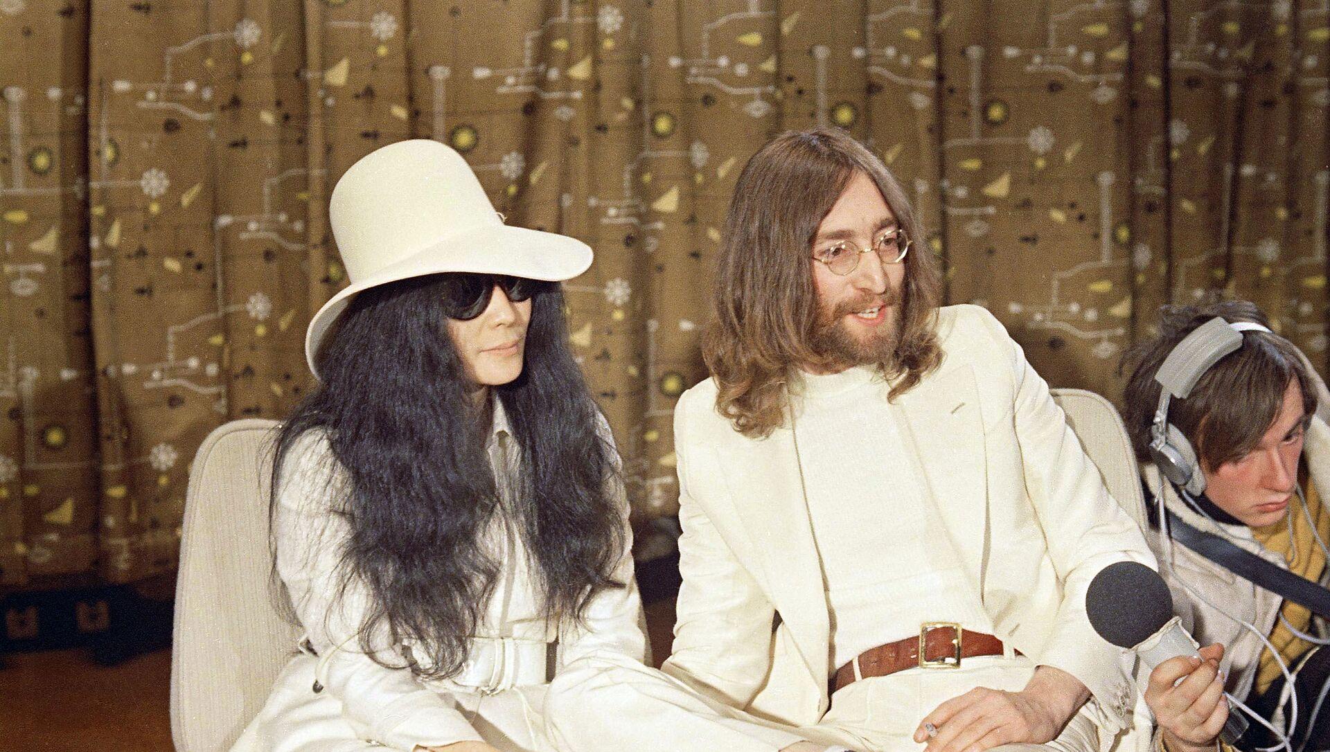 John Lennon junto a su esposa, Yoko Ono - Sputnik Mundo, 1920, 07.12.2020