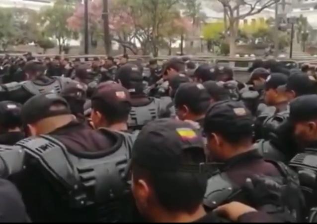 Policías ecuatorianos rezan a Dios antes de combatir las protestas masivas