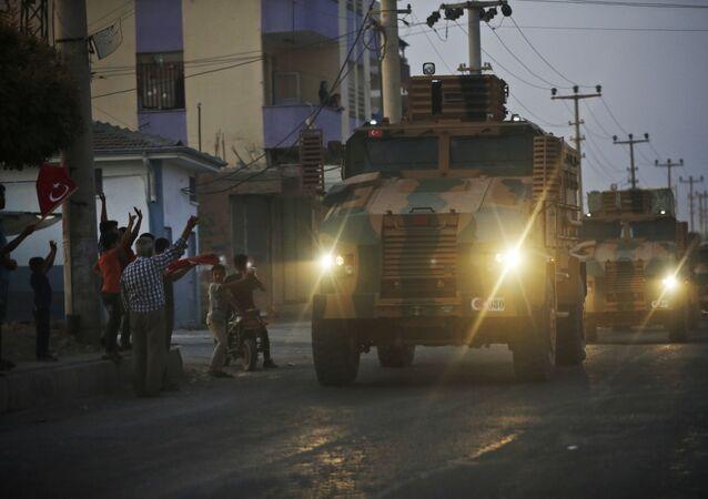 Un convoy de blindados turcos en la frontera turco-siria (archivo)
