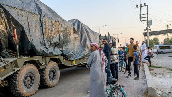 Los civiles cerca de un convoy de blindados turcos - Sputnik Mundo