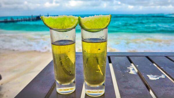 2 'shots' de tequila en la playa - Sputnik Mundo