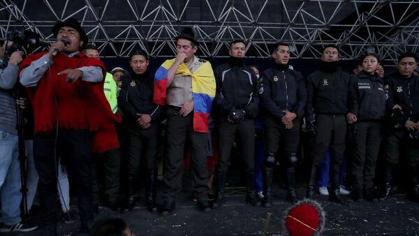 Policías ecuatorianos, retenidos por el movimiento indígena en la Casa de Cultura en Quito - Sputnik Mundo