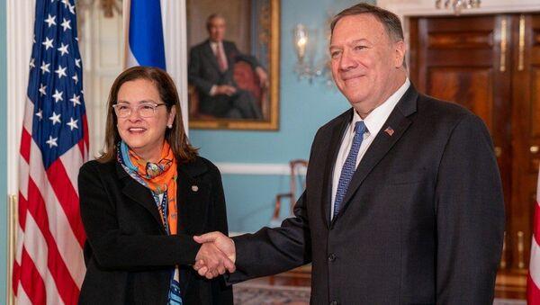 La canciller Alexandra Hill con el Secretario de Estado de EEUU, Mike Pompeo - Sputnik Mundo