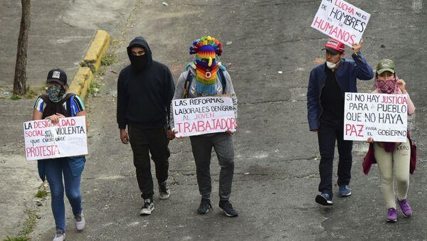 Jóvenes indígenas se manifiestan mientras el ataúd de su difunto líder, Inocencio Tucumbi, es llevado a la Casa de la Cultura en Quito, Ecuador - Sputnik Mundo
