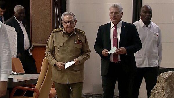 El presidente de Cuba, Miguel Díaz-Canel junto a Raúl Castro, primer sercretario del Partido Comunista de Cuba (PCC) - Sputnik Mundo