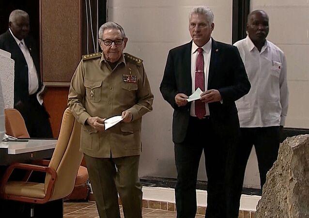 El presidente de Cuba, Miguel Díaz-Canel junto a Raúl Castro, primer sercretario del Partido Comunista de Cuba (PCC)
