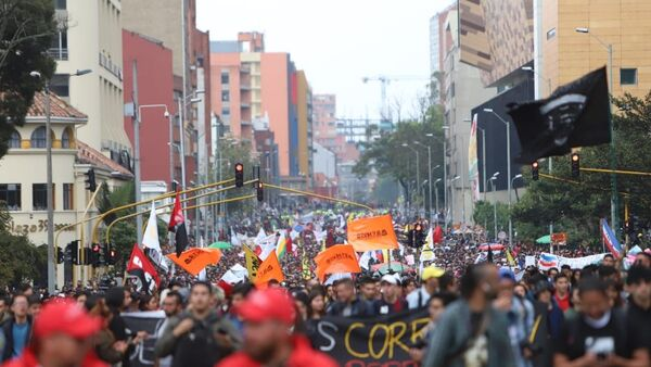Estudiantes protestando en Bogotá, Colombia - Sputnik Mundo