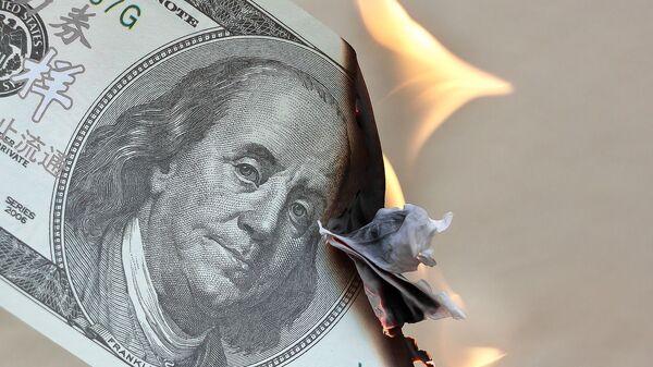 Un billete de dólares estadounidenses en llamas - Sputnik Mundo