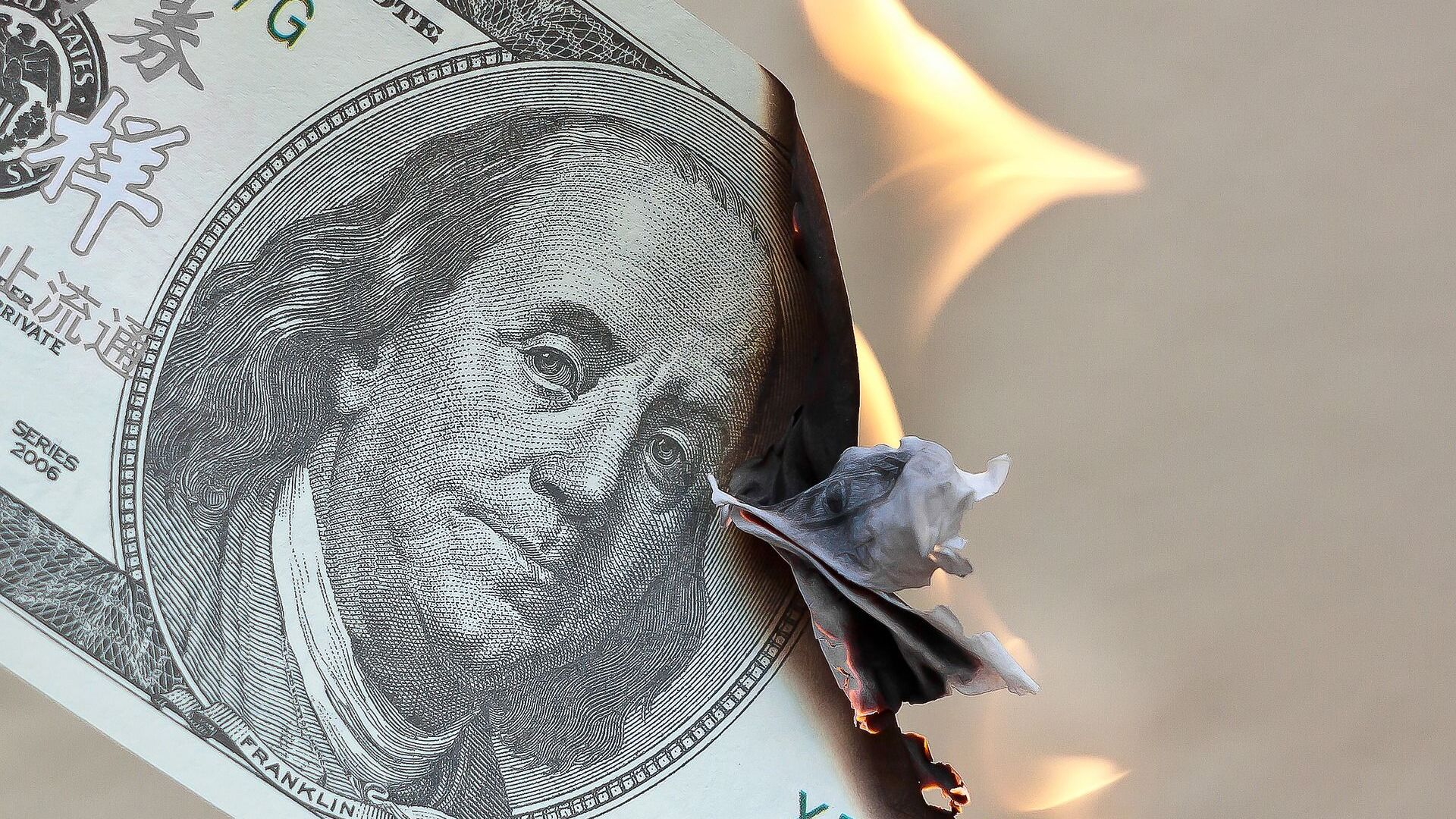 Un billete de dólares estadounidenses en llamas - Sputnik Mundo, 1920, 22.02.2021