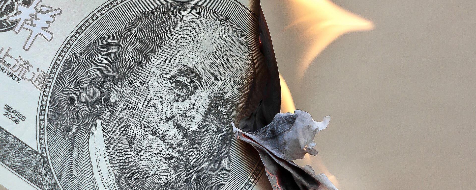 Un billete de dólares estadounidenses en llamas - Sputnik Mundo, 1920, 04.06.2021