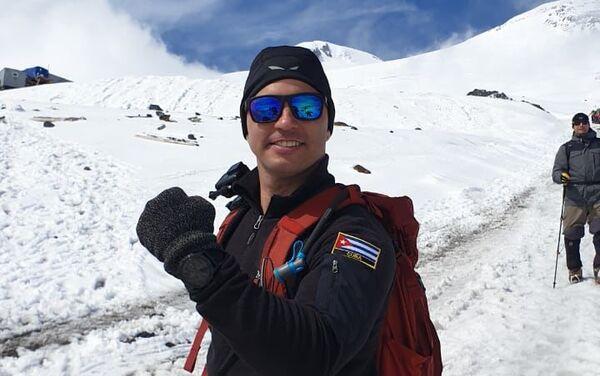 Yandy Núñez con una bandera de Cuba en su uniforme de montañista - Sputnik Mundo