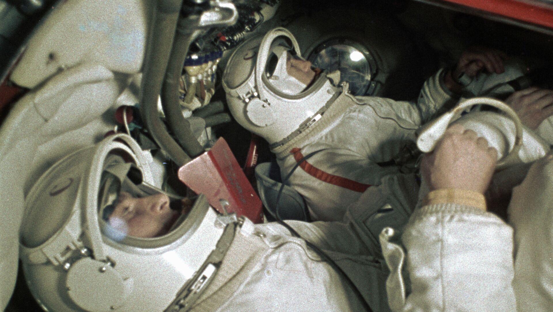 Cosmonautas Pavel Belyaev (izquierda) y Alexei Leonov en el simulador de la nave espacial Voskhod - Sputnik Mundo, 1920, 24.09.2020