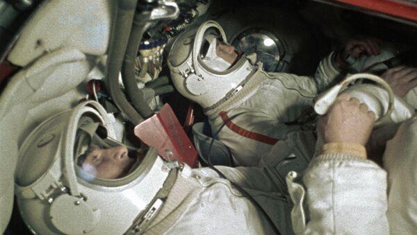 Cosmonautas Pavel Belyaev (izquierda) y Alexei Leonov en el simulador de la nave espacial Voskhod - Sputnik Mundo
