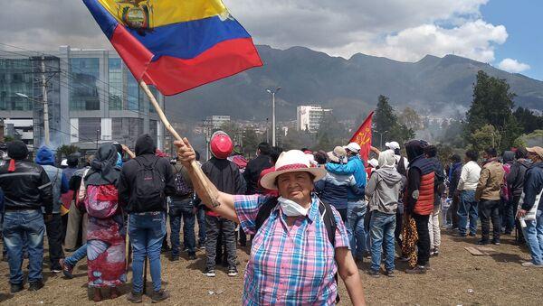Participante de las protestas en Ecuador - Sputnik Mundo