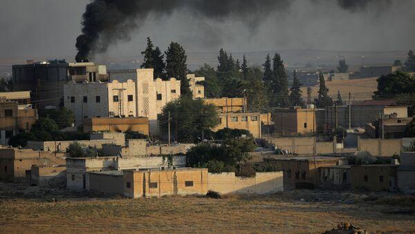 El humo sobre la ciudad siria, Tel Abiad - Sputnik Mundo