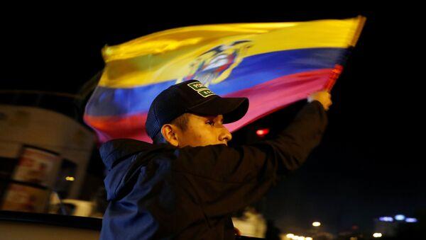 Un manifestante con la candera de Ecuador - Sputnik Mundo