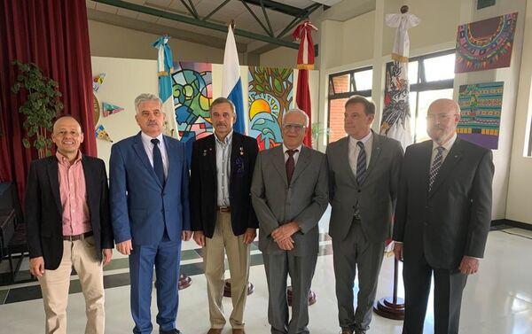 Foto de familia con el embajador ruso y amigos guatemaltecos - Sputnik Mundo
