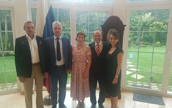 M. Kornienko (iz), embajador A. Jojolikov (c) con esposa, V. Monoiya con esposa - Sputnik Mundo