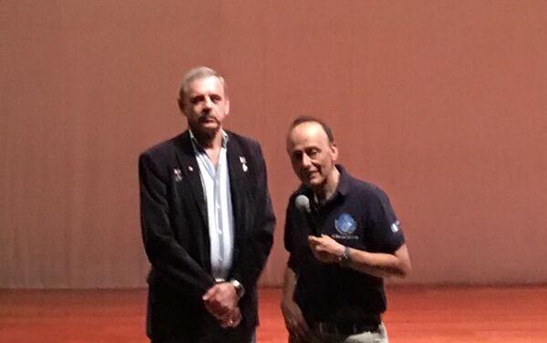 Mijail Kornienko (iz) con Vinicio Montoya - Sputnik Mundo