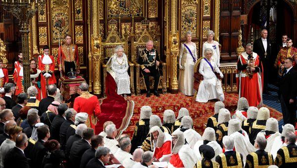 La reina Isabel II en la apertura de la sesión parlamentaria del Reino Unido - Sputnik Mundo