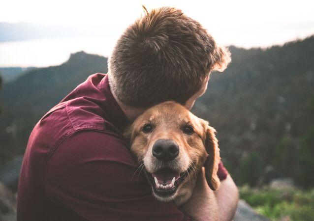 Una persona y su perro