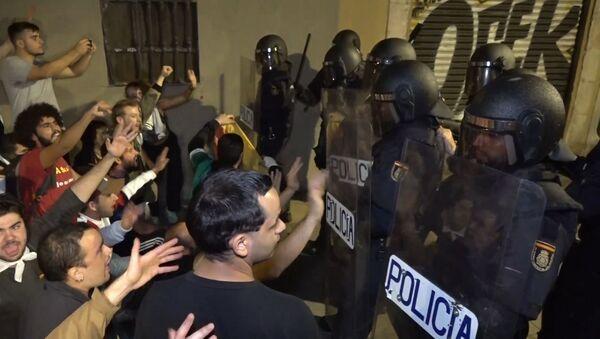La Policía se enfrenta a los manifestantes en el aeropuerto de Barcelona y en Lleida - Sputnik Mundo