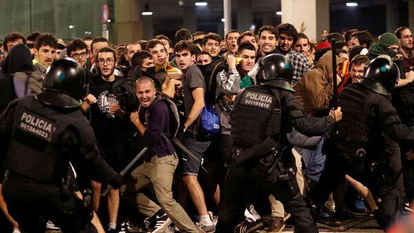 La Policía catalana durante las protestas - Sputnik Mundo
