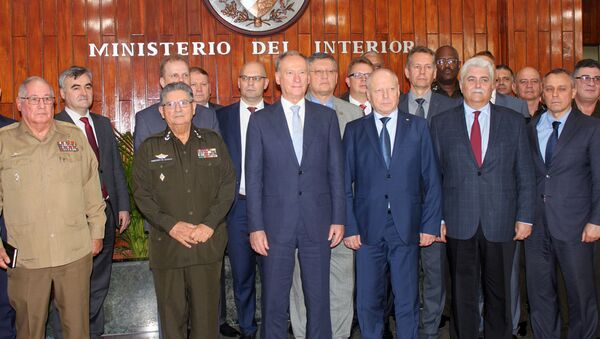Nikolái Pátrushev con su delegción en la sede del Ministerio de Interior en La Habana, junto a los generales cubanos Alvaro López Miera,  y Julio C. Gandarilla - Sputnik Mundo