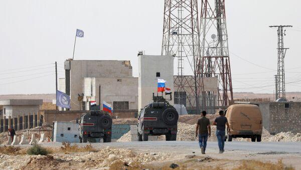 Las banderas de Rusia y Siria en vehículos militares en la ciudad de Manbij - Sputnik Mundo