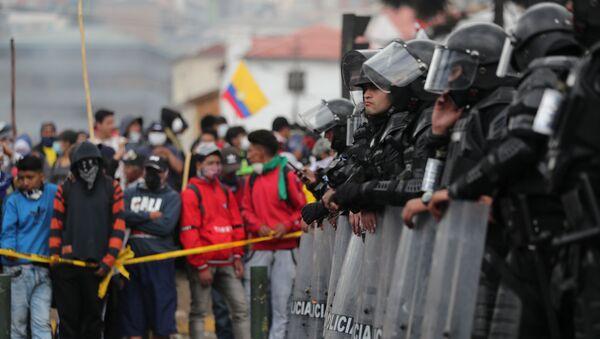 Policía ecuatoriana durante las protestas en Quito - Sputnik Mundo