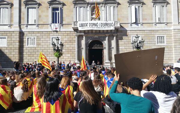 Protesta estudiantil frente a la sede del Gobierno catalán  - Sputnik Mundo