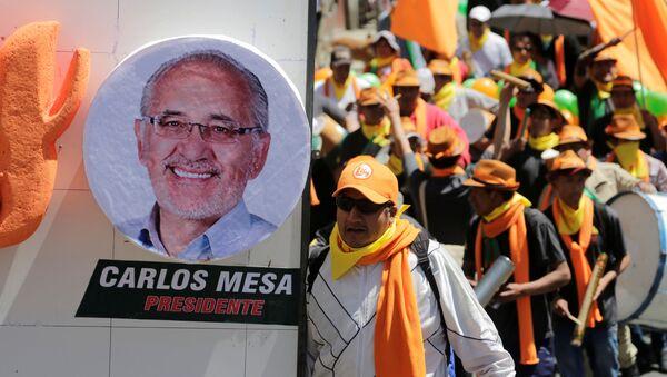 Retrato de Carlos Mesa y partidarios del candidato presidencial boliviano - Sputnik Mundo