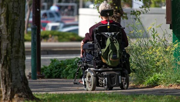 Un hombre en una silla de ruedas robótica (imagen referencial) - Sputnik Mundo