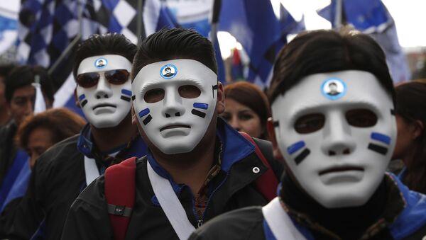 Unas máscaras con los logotipos y colores del partido político MAS (Movimiento Al Socialismo) - Sputnik Mundo
