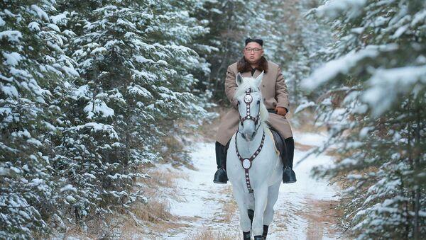 Kim Jong-un a caballo y animadoras rusas: las fotos más llamativas de la semana  - Sputnik Mundo