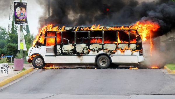 Un autobús incendiado durante los enfrentamientos en Culiacán por la detención de Ovidio Guzmán - Sputnik Mundo