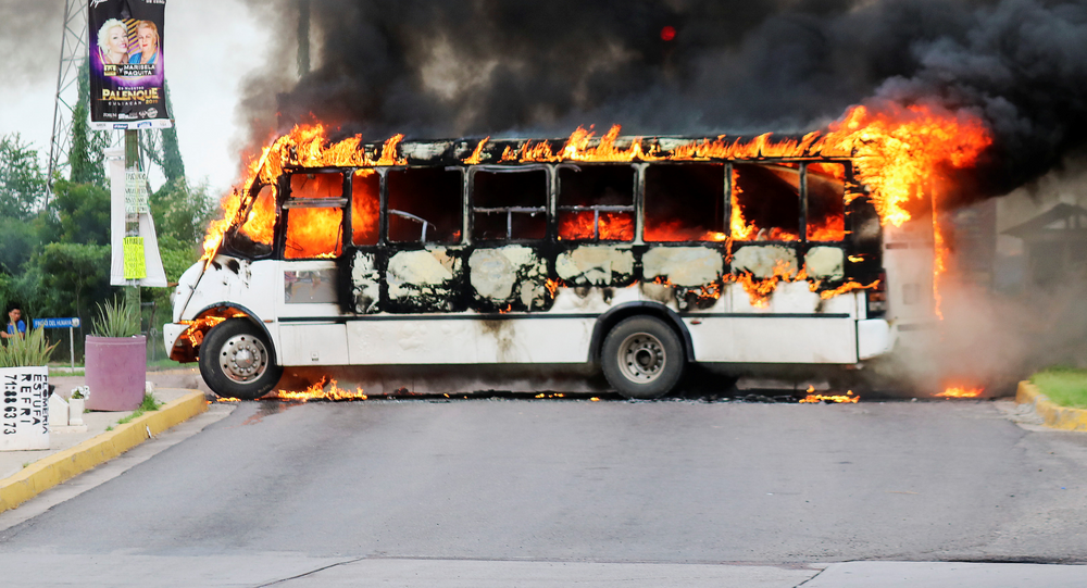 Un autobús incendiado durante los enfrentamientos en Culiacán por la detención de Ovidio Guzmán