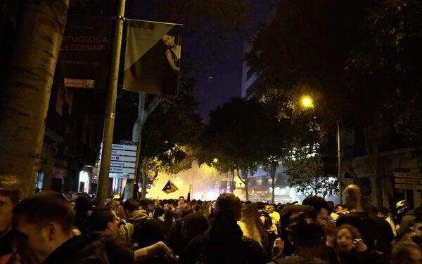 Enfrentamientos entre la policía y manifestantes radicales - Sputnik Mundo