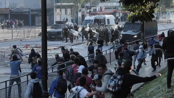 Enfrentamientos entre Policía y manifestantes en Chile  - Sputnik Mundo