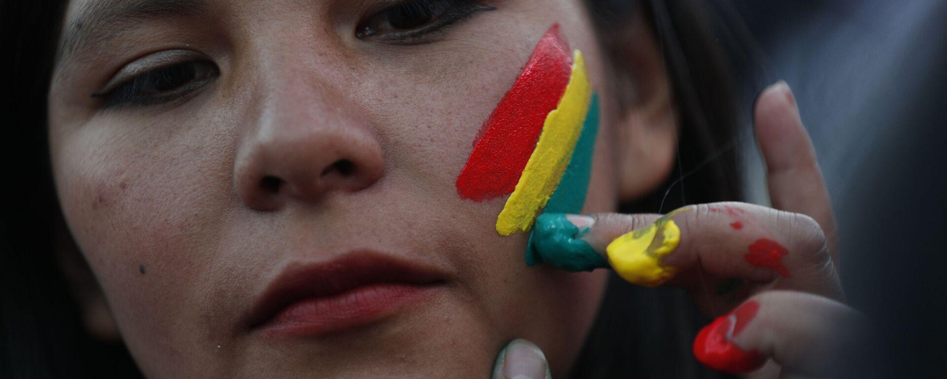 Una mujer pinta los colores de la bandera boliviana en su rostro - Sputnik Mundo, 1920, 06.03.2021