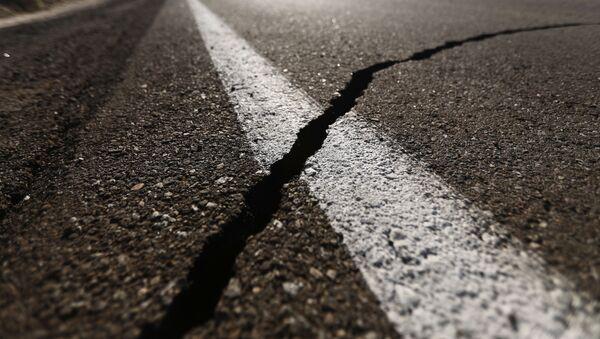 Una grieta que dejó el terremoto del 4 de julio en California, EEUU - Sputnik Mundo